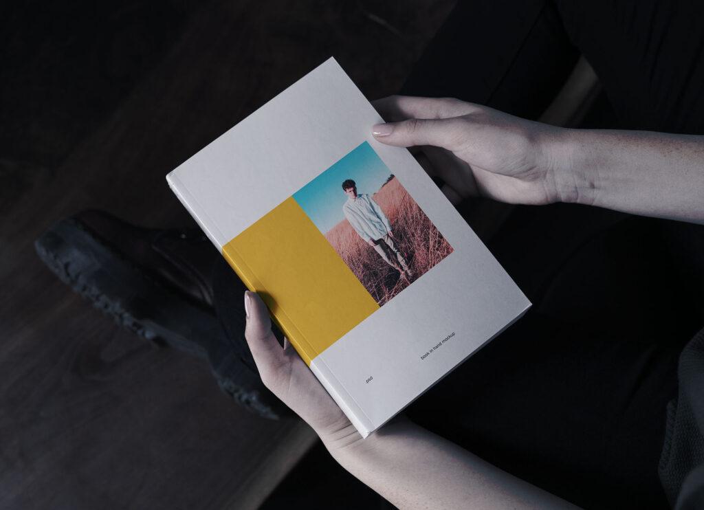 逼真场景书籍封面样机素材下载智能贴图Book in Hand Mockup插图