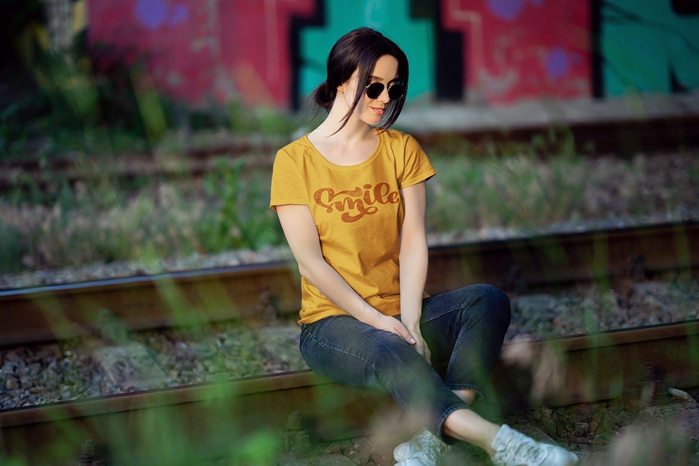 女性T恤样机文艺素材模版下载5FVTMF8插图(1)